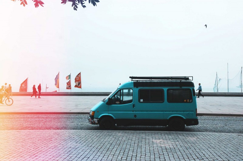 Minibus an der Strandpromenade in Portugal