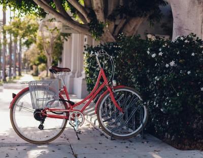 Rotes Fahrrad am Fahrradständer