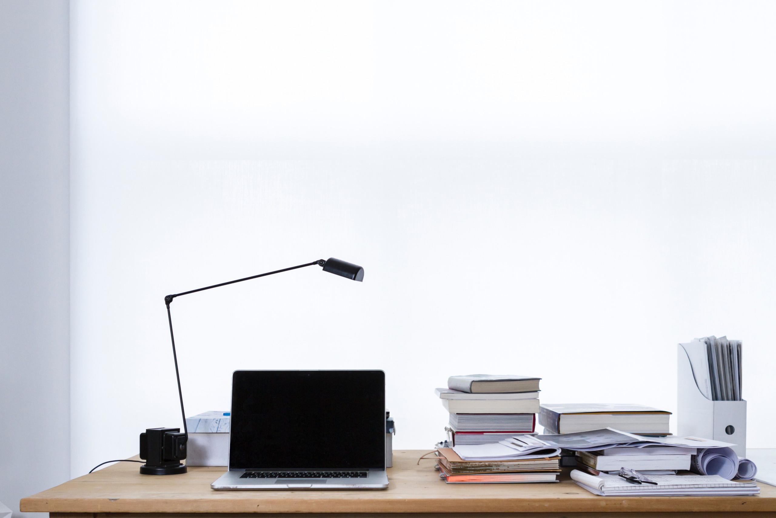 Schreibtisch vor weißer Wand