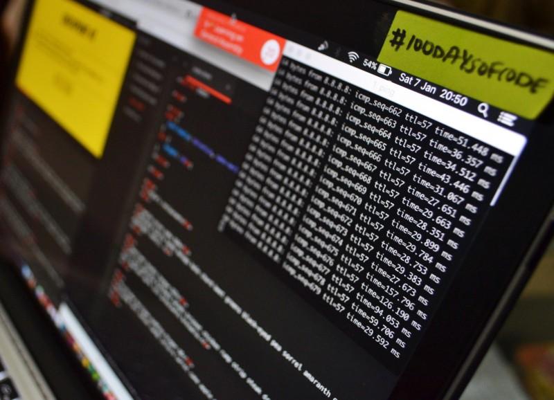 Computerbildschirme mit Quellcode