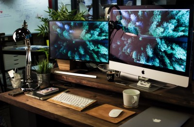 Schreibtisch mit 2 Bildschirmen
