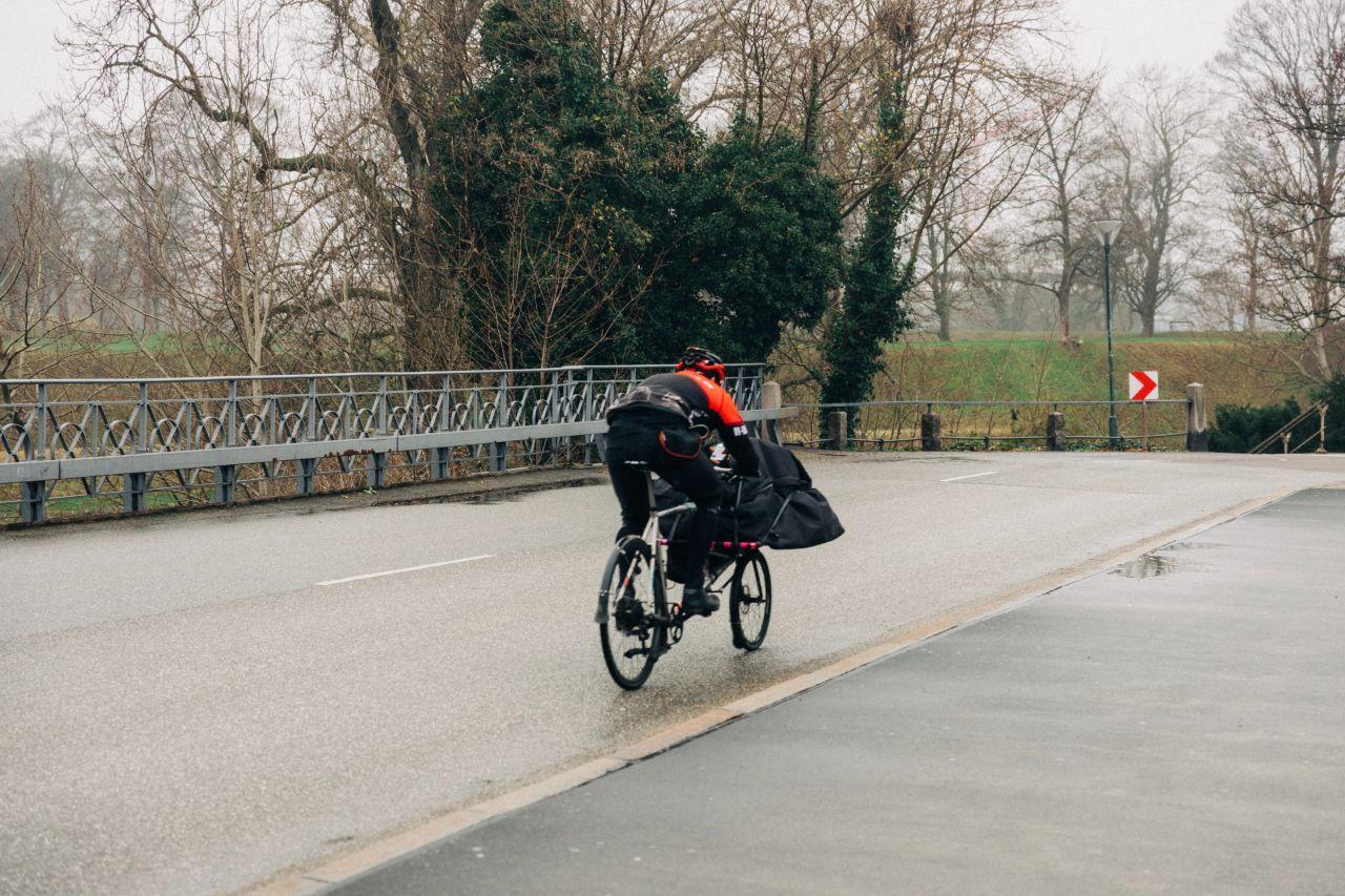 Fahrrad fahren im Winter: Was solltest Du beachten?: Mann mit Fahrrad-Schichtbekleidung