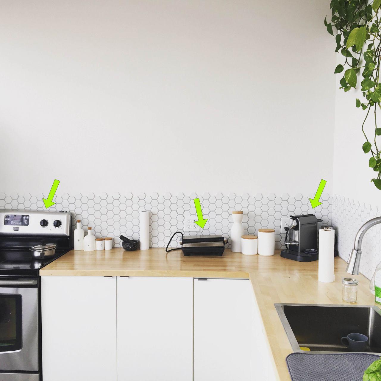 Haushaltsgeräte: Herstellergarantie vs. separate Elektronikversicherung:Küchengeräte Markiert durch Pfeile für Hinweis.