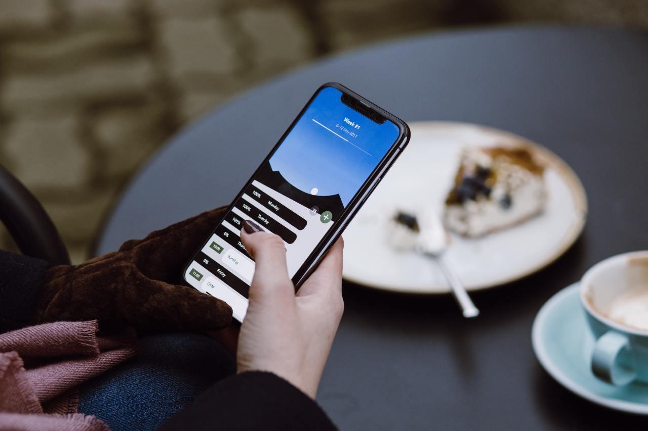 Handy in einer Hand im Cafe.