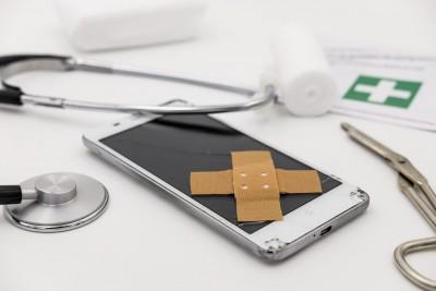 Ein Handy, welches verarztet wird.