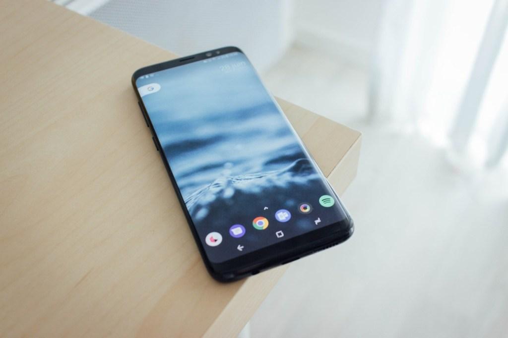Handy auf Raten: Samsung Smartphone auf hellem Holztisch