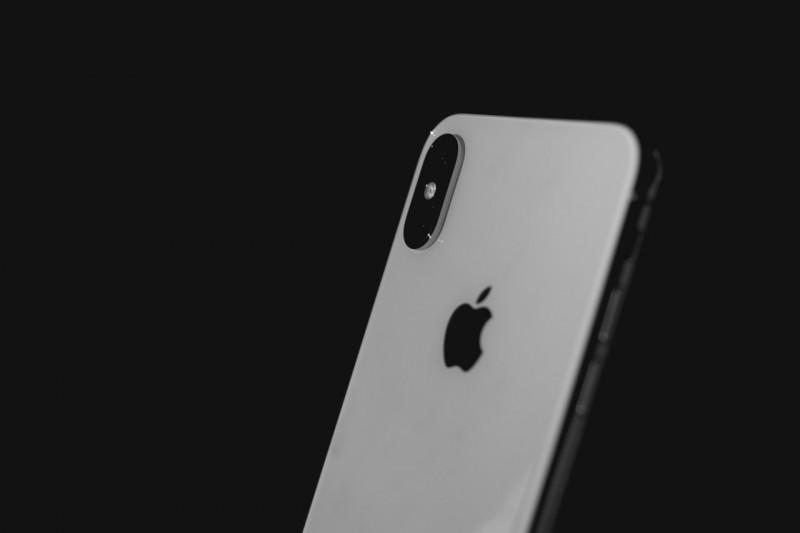 Handy auf Raten: iPhone X vor schwarzem Hintergrund
