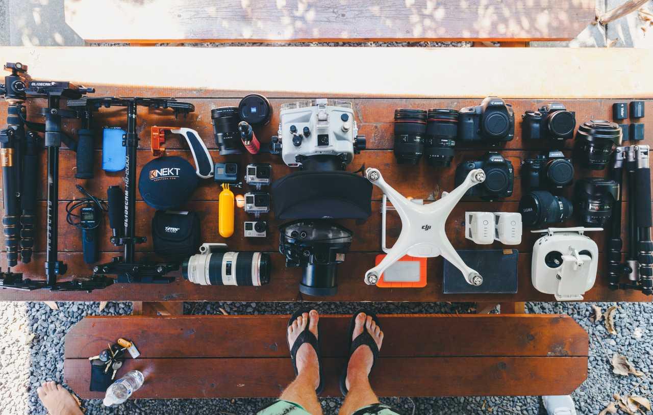 Drohne mit verschiedenen Kamera Typen auf dem Tisch.