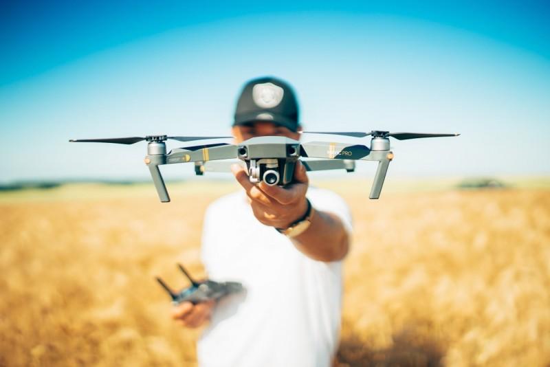 Mann lässt Drohne aus der Hand starten.