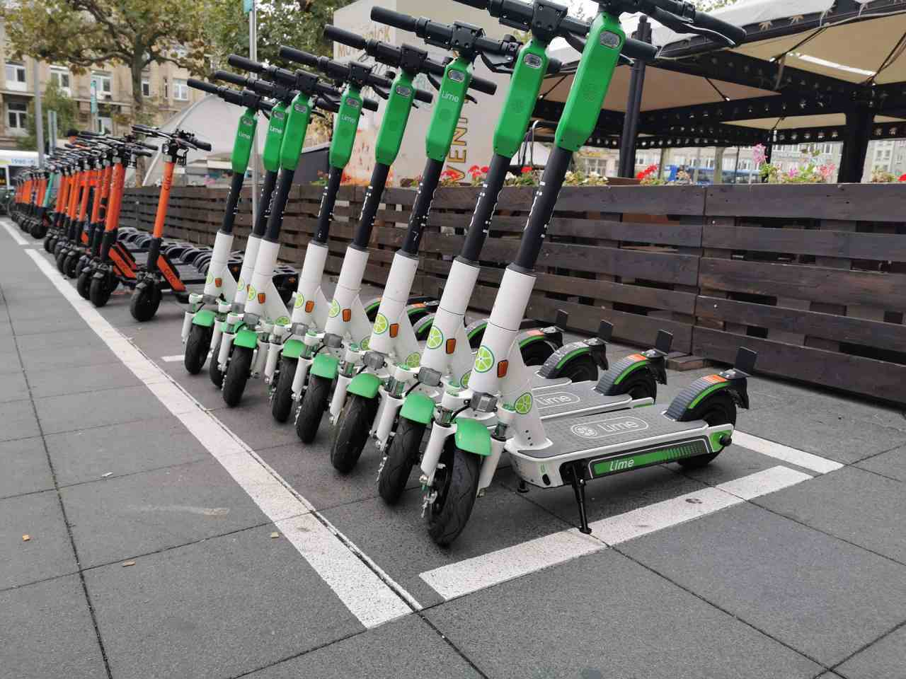 E-Scooter stehen nebeneinander.