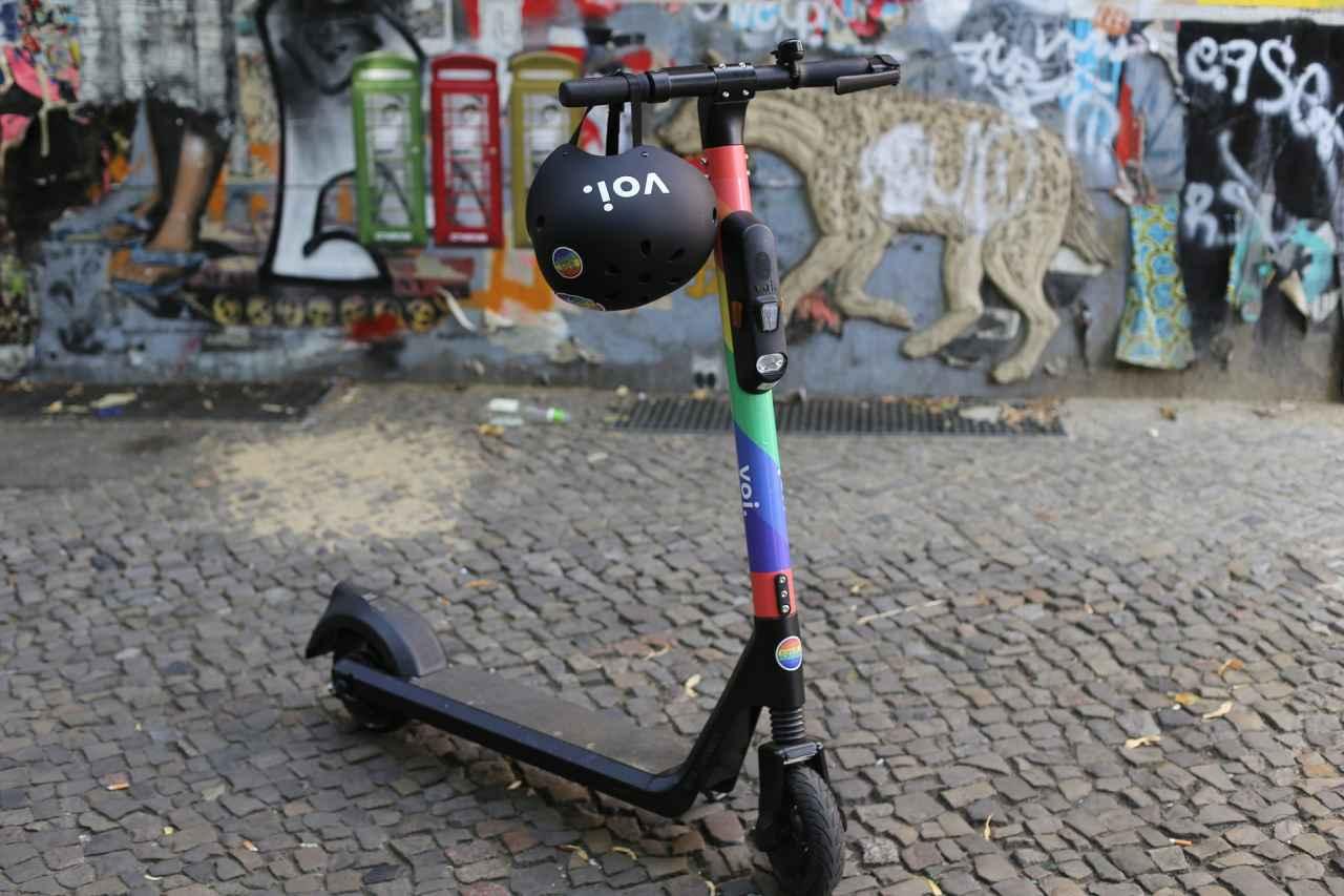 E-Scooter mit buntem Lenkrad