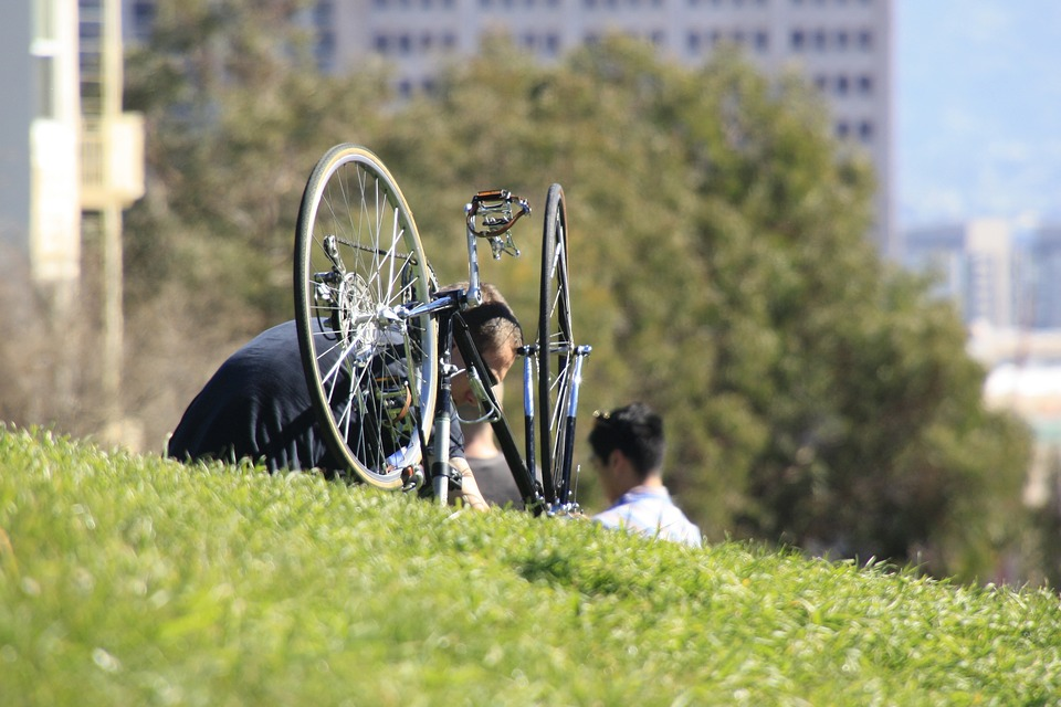 Mann repariert Fahrrad